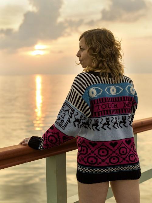 """""""Touch me"""" (Don't touch) av Lisa Anne Auerbach, här är det anställda Amanda som bär tröjan. (Foto Lisa Anne Auerbach)"""