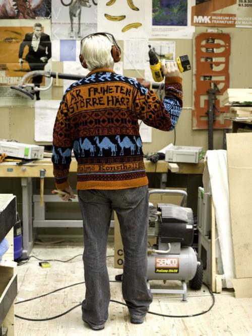 """""""Är friheten större här?"""" Magnus som är anställd på Malmö Konsthall bär en av Lisa Anne Auerbachs tröjor. Verket ingår i hennes utställningn Chicken Strikken. (Foto Lisa Anne Auerbach)"""