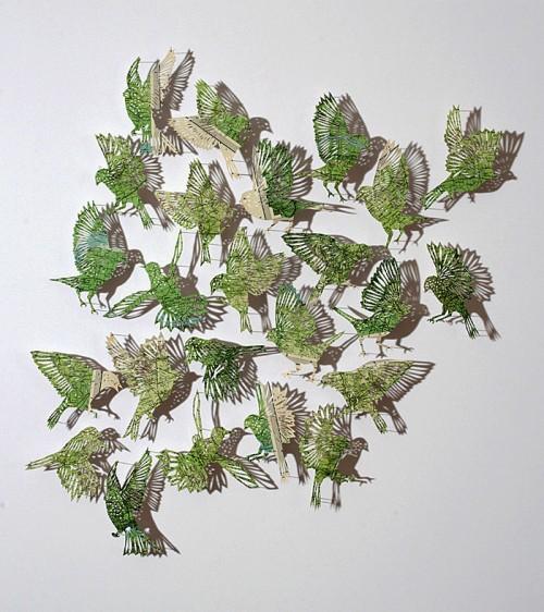 Vilken flock av fåglar! Claire Brewsters pappersfåglar fästs upp på en vägg och med lite belysning kommer de alla till liv. (Foto Claire Brewster)