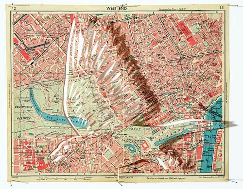 Kartbilden är alltid ett ursprungligt material, flyttfågeln navigerar runt världen gissningsvis. Pappersklipp av Claire Brewster. (Foto Claire Brewster)