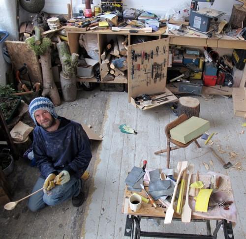 En bild lånad från Lin Morris blogg, från intervjun med Nic Morris i sin verkstad. (Foto Lin Morris)