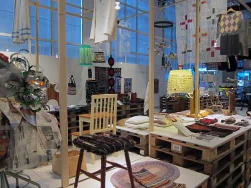 Ett 80-tal slöjdare från Västmanland har bidragit till den pågående utställningen Återbruk - skapa nytt som visas ett par veckor till på Västmanlands läns museum. (Foto Kurbits)