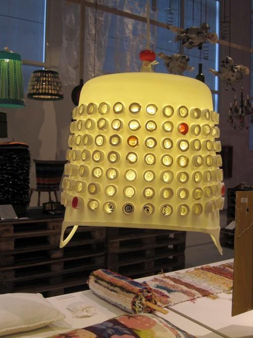 Uppochnedvänd plastförvaring blir lätt en lampa med lite utsmyckning. Bodil Löfgren ligger bakom den. (Foto Kurbits)