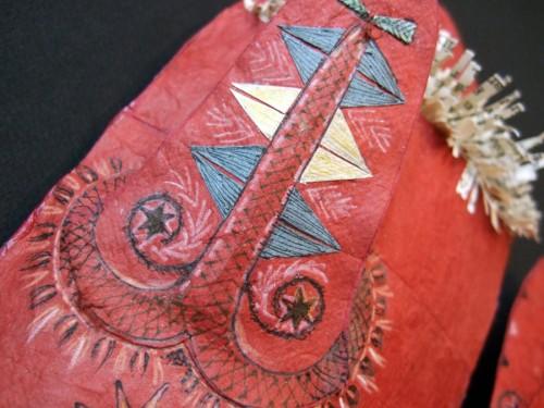Cecilia Levy har inspirerats ett par vantar i kläde och getskinn och gjort dem i ny version av restbitar av olika papper. (Foto: Cecilia Levy)