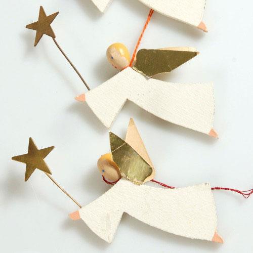 Målade julgransänglar i trä, med klistrat guldpapper, från Upplandsmuseet. (Foto Upplandsmuseet)