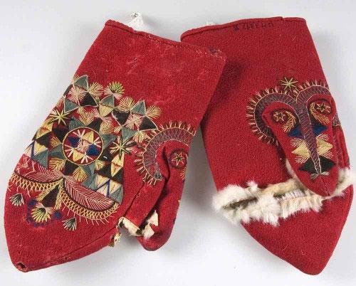 Tumvantar tillverkade i Hälsingland ca 1880. Rött kläde, fodrade med vit-brun getpäls, silkebroderier, plattsöm och stjälkstygn. Hål för tumme och fingrar. Inspiration för Cecilia Levys vantar i papper ovan. (Foto Upplandsmuseet)
