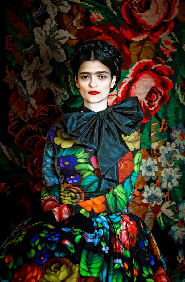 Susanne Bisovskys verk där Frida Kahlo möter österriskisk folkdräkt.  (Foto Atelier Olschinsky)