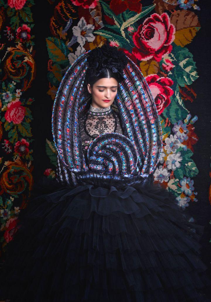 Susanne Biskovskys verk visas på Wiens konsthall just nu. Frida Kahlo möster österriskisk folkdräkt. (Foto Atelier Olschinsky)