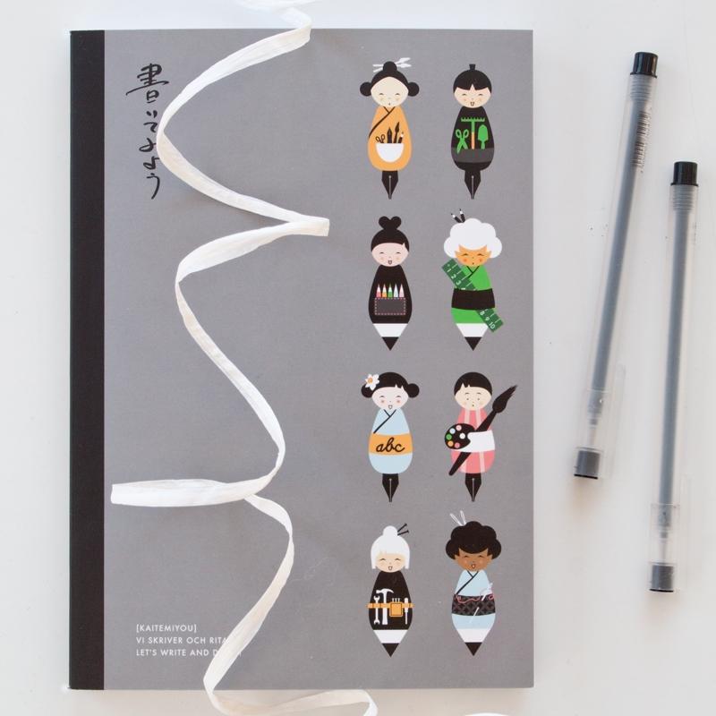 En av Åsas nya skrivböcker med händiga japanska kokeshis, alla med olika craftskills. På bokens baksida finns dessutom ett pyssel. (Foto Åsa Kax)