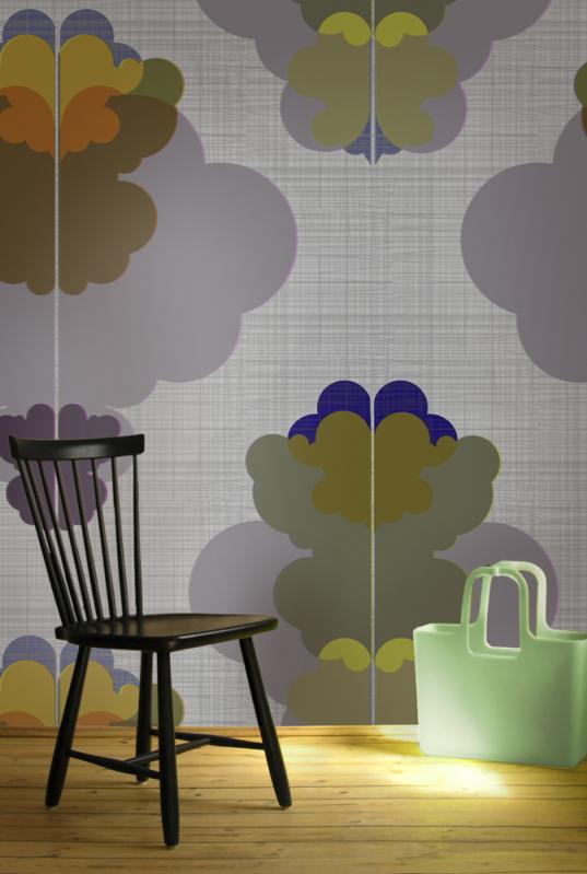 Modern kurbits på väggen i form av tapet från Ginger Design Studio. Gjord av Ulrika Majstrovic Hansén. (Foto Ginger Design Studio)