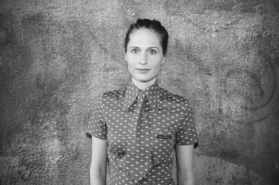 Modedesignern Jenny Hellström Ruas är aktuell med boken som lär dig sy hennes egna kläder. (Foto Alexander Ruas)