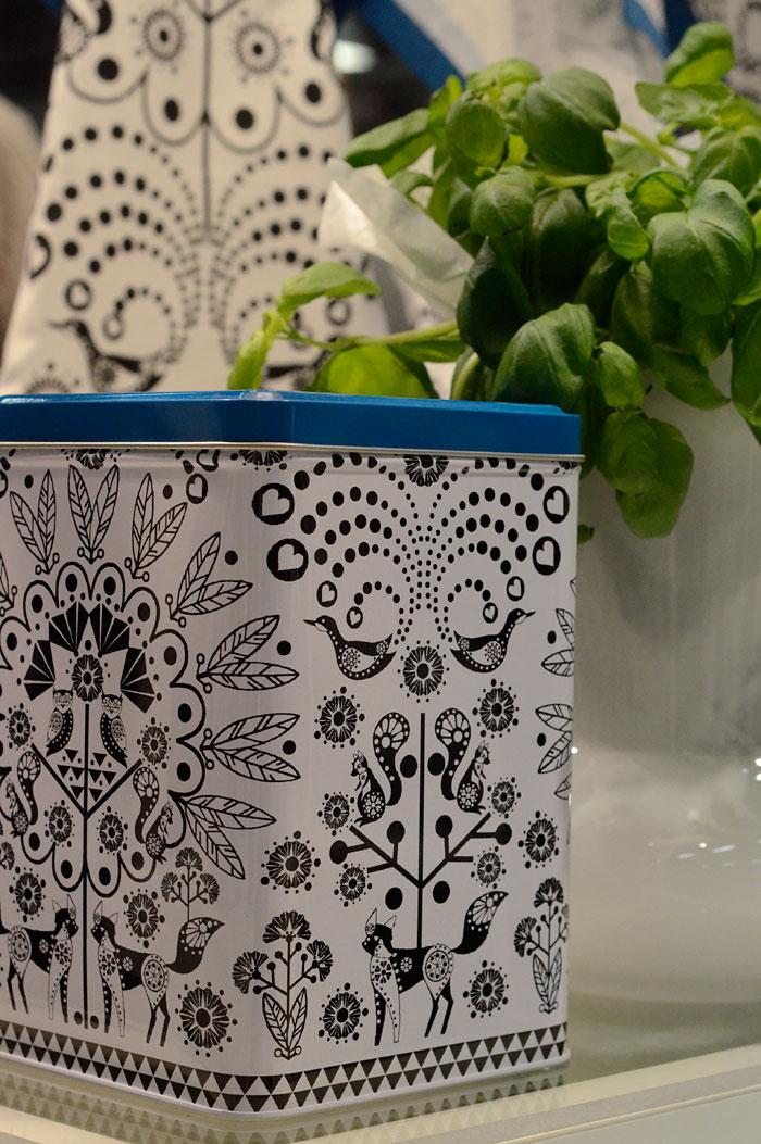 Sagaforms nya satsning på textilier och mönster för köket i samarbetet print collection. Här är Katarina Hjalmarssons mönster som finns på handdukar, grytlappar mm. Och burkar. (Foto Kurbits)