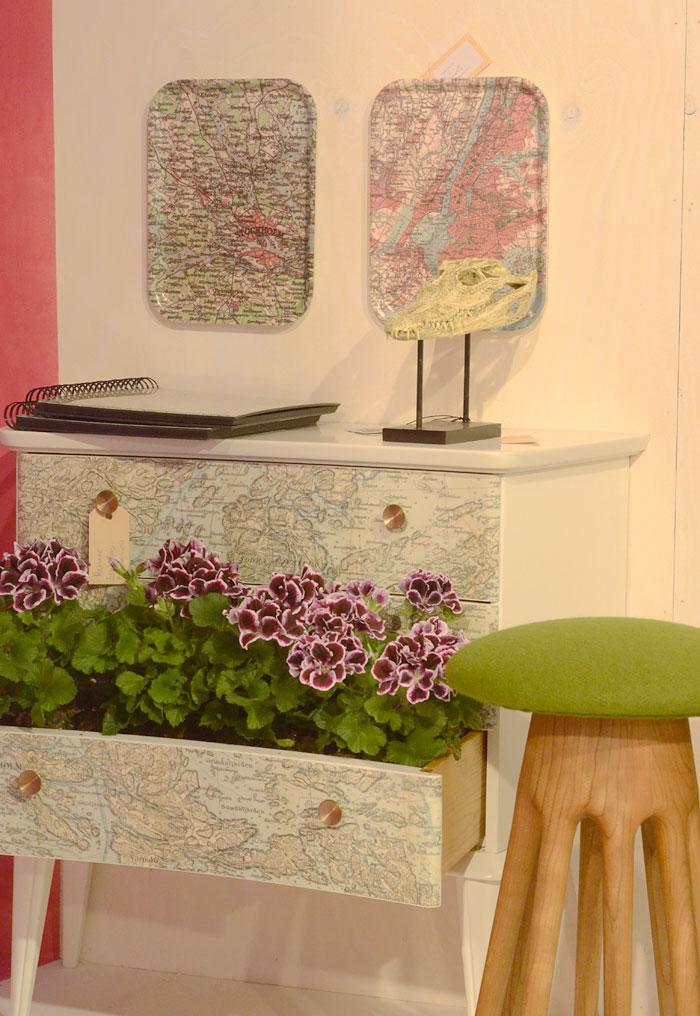Åh en klassiker! Remake från Stadsmissionen här i Stockholm var inbjudna till Trendzone för att fixa textil och möbler under mässan. Här en av deras omgjorda möbler - kartor på byrå! Fint resultat, eller hur? (Foto Kurbits)