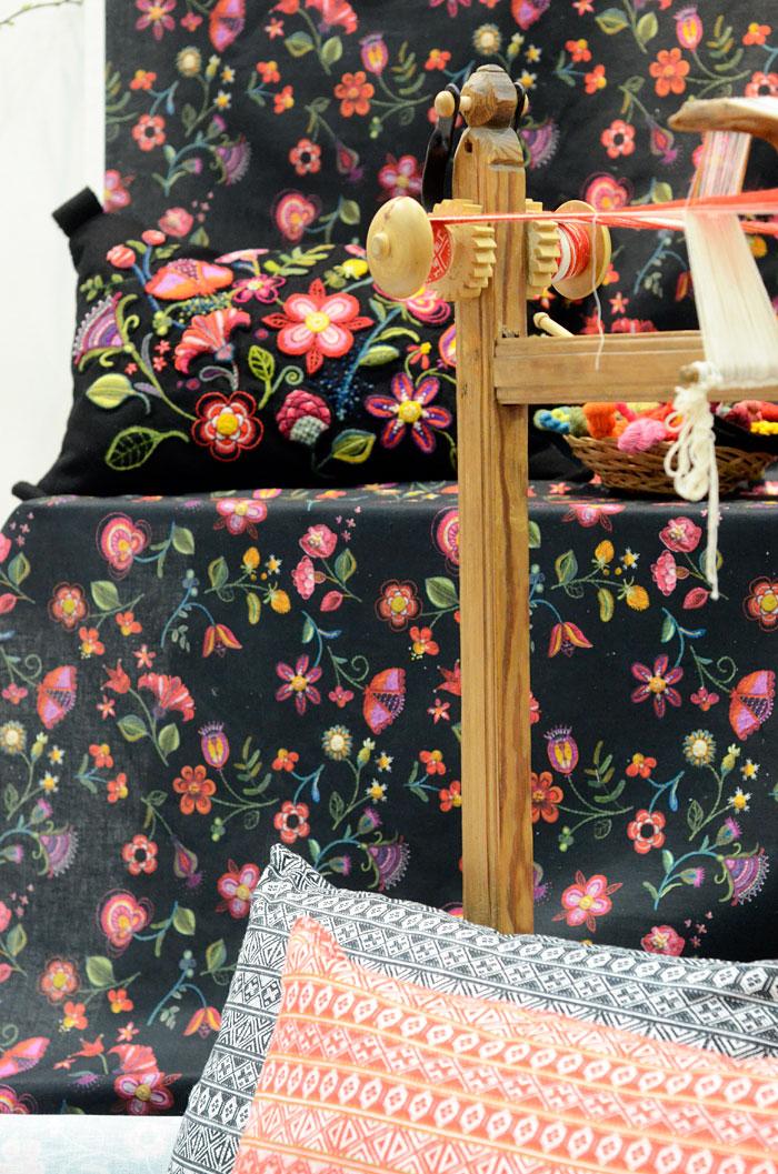 Två textilier med inspiration från yllebroderi och vävda brickband. Lina Holm har broderat och vävt förlagorna, tillsammans med Oscar Lind Modin har hon gjort dem till strålande fina mönster i metervara eller kuddar. (Foto Kurbits)