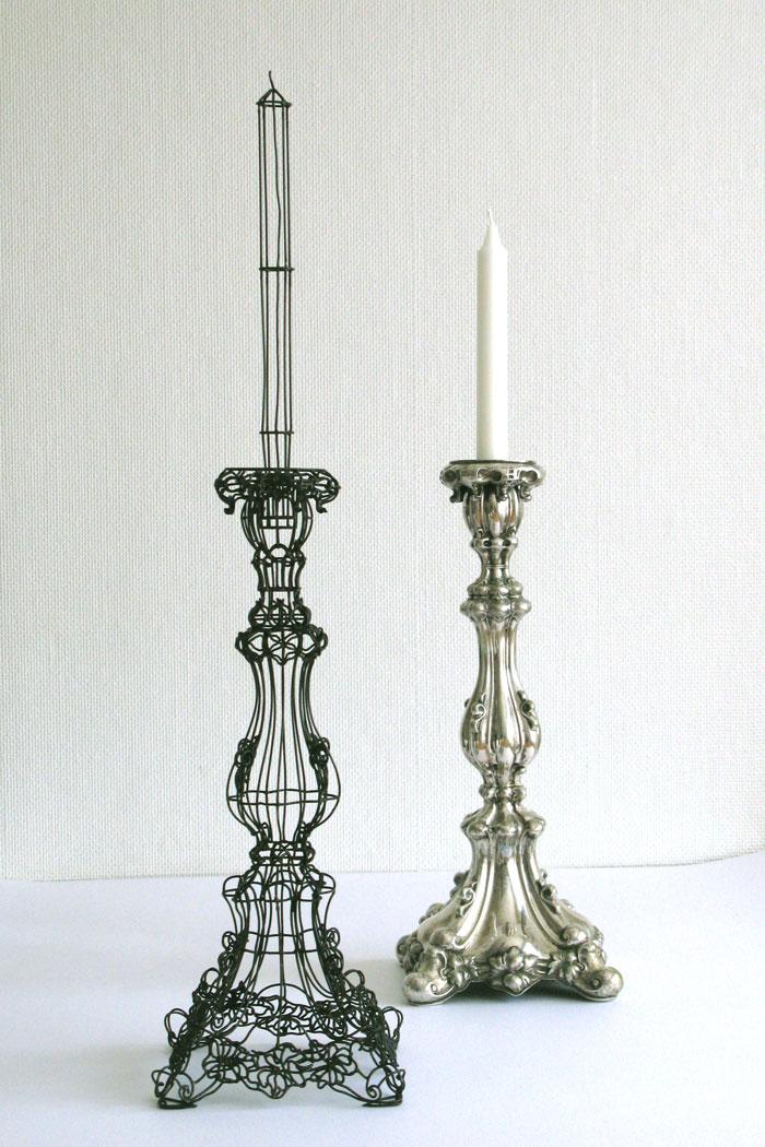 Thomas Rashke lät sig istället inspireras av silverformen och gjorde en ljusstake i järn. Nutida Svenskt Silvers utställning Silverslakt. (Foto Nutida Svenskt Silver)