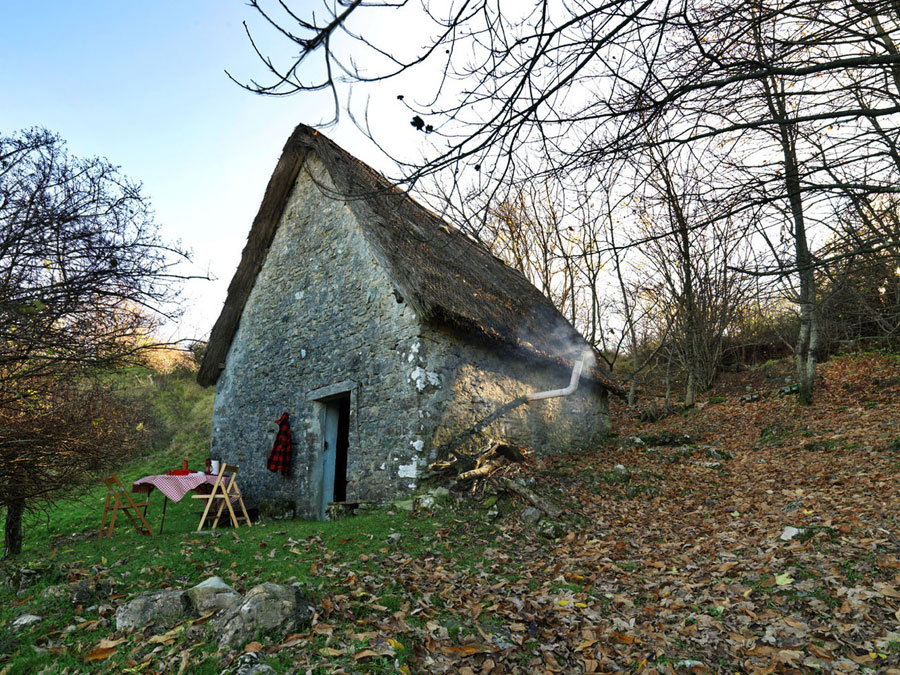 Stuga i sten och gräs  i  Pescaglia, Italien. (Foto Cabin Porn)