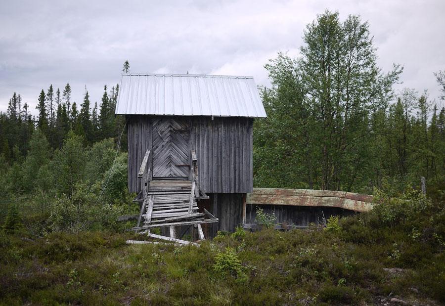 Kolla in  Lillhärjåbygget,  som tydligen är Sveriges enda gård på väglöst land. Försörjt på solenergi och i samma ägor i fem generationer. Inte helt klart om denna stuga ligger där dock...(Foto Cabin Porn)