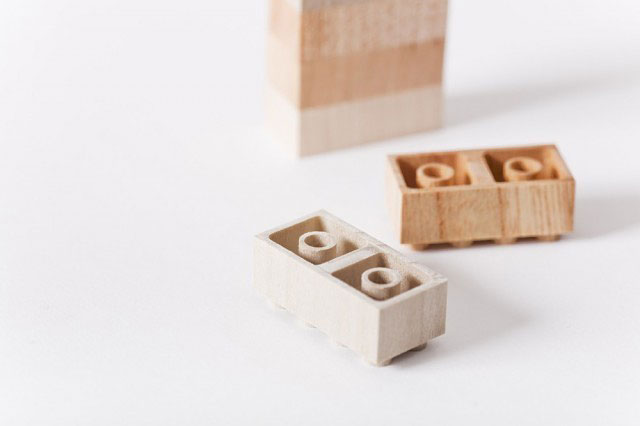 Lego i trä. Träslagen gör byggandet varierat i tränyanserna. Dessutom känns de annorlunda från plastvarianterna. (Foto iichi.com)