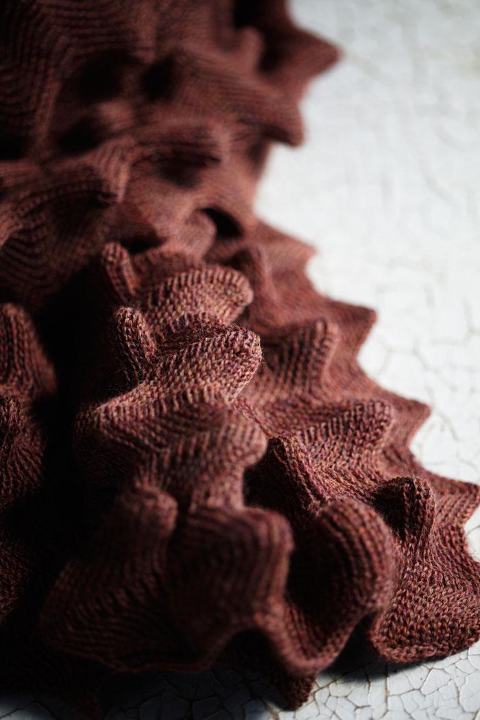 Textil behöver inte vara platt! Wobblig pläd och sjal, isolerar både mot kyla och värme, i ull. (Foto Karin Björkvist)