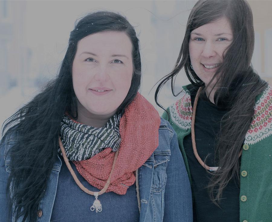 Erica Huuva är silversmed och Hanna Råman arbetar i skinn och textil. Tillsammans utgör de Ovttas, nya produkter med nordsamisk tradition i botten. (Foto Ovttas)