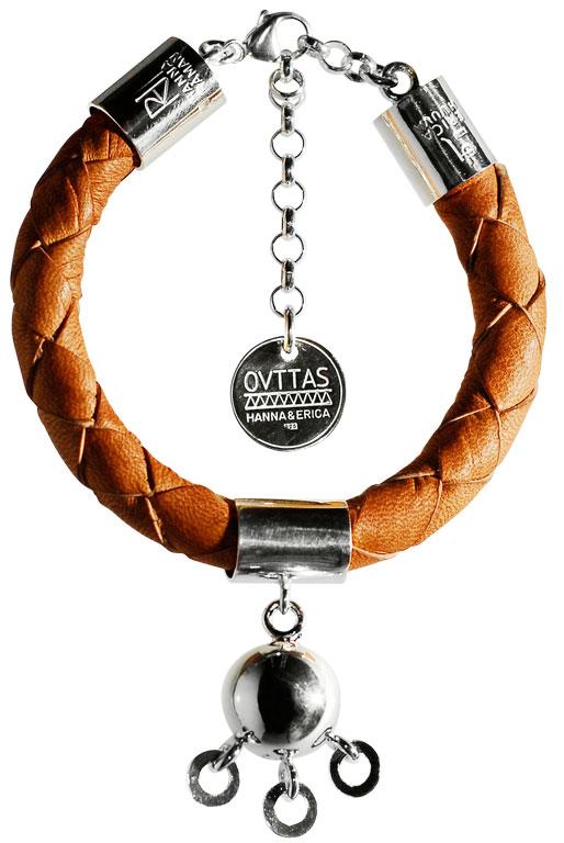 Ett av Ovttas armband, bakom det nystartade märket står Hanna Råman och Erica Huvva, samtida sameslöjdare med ett mycket spännande och nystartat samarbete. Ovttas betyder tillsammans på nordsamiska. (Foto Ovttas)