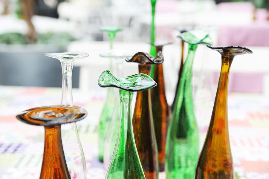 Vinflaskor som får en ny uppgift, Återbrukshyttan ger ny form och funktion till gammalt glas. (Foto Återbrukshyttan)