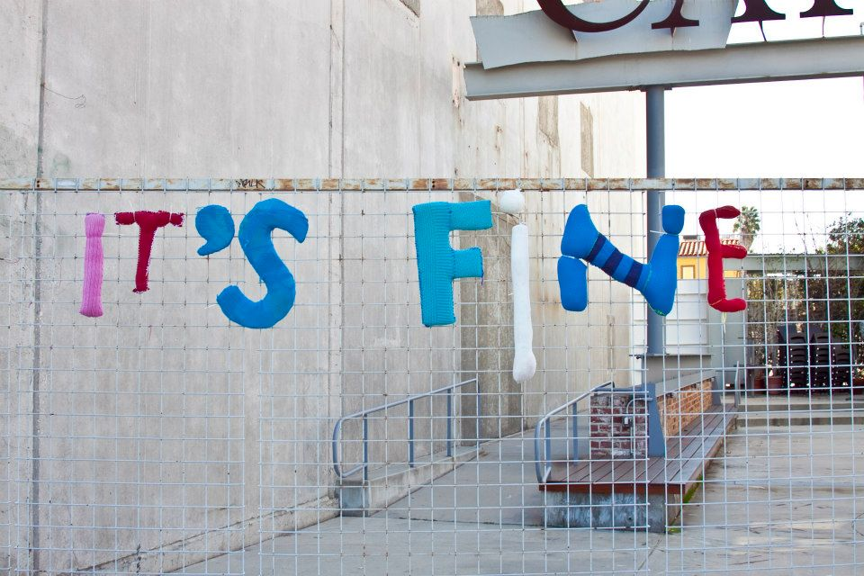 Inskickade ordspråk och favoritcitat från förbipasserande på gatan översatta i garn. Yarn Bombing Los Angeles har stickat och satt upp. (Foto Yarn Bombing Los Angeles)