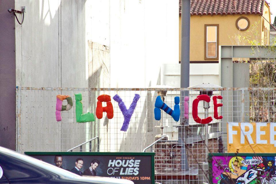 Inskickade ordspråk och favoritcitat från förbipasserande på gatan översatta i garn. Yarn Bombin Los Angeles har stickat och satt upp. (Foto Yarn Bombing Los Angeles)