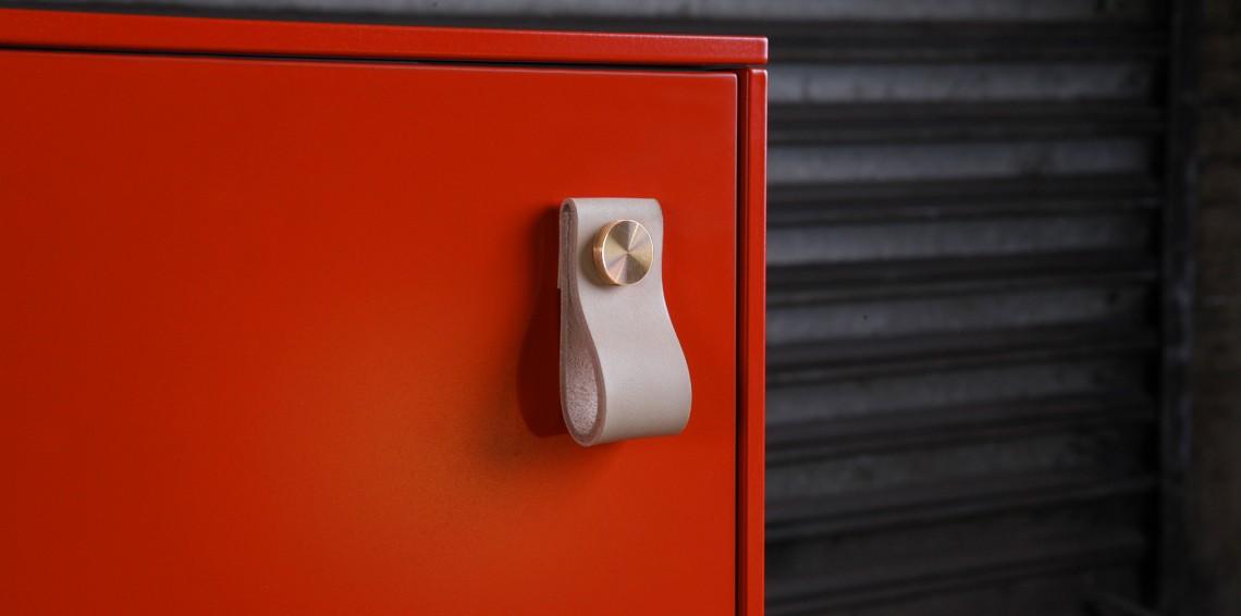 Fina detaljer som här, läderhandtag till din Ikeastomme. Från nystartade svenska Superfront. (Foto Superfront)