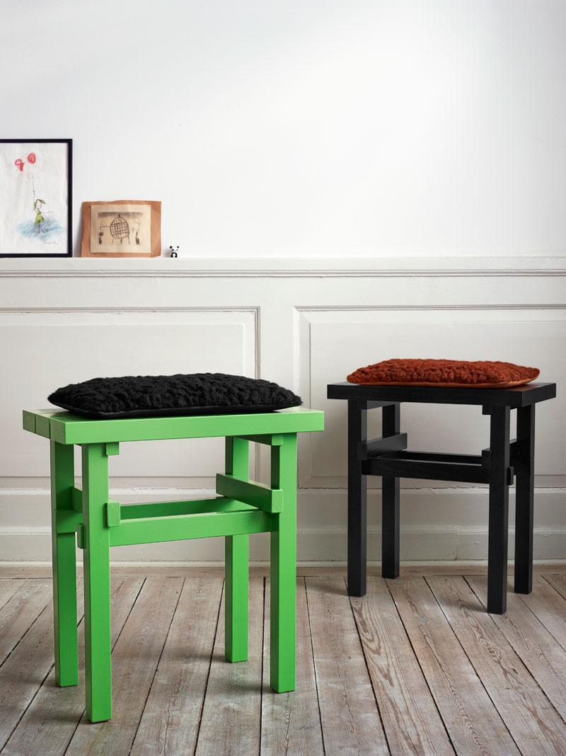 Grön och svart pall med valfri sits i björkris, papper eller sälg. (Foto Twistin of Sweden)