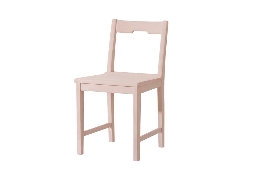 Klassiska stolen Flinck av Carl Malmsten. I Tre Sekels produktion får den lite olika nyanser i äggoljetempera. (Foto Tre Sekel)