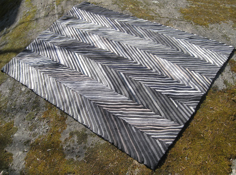 Den första mattan. 36 ylletröjor på jutebotten och tekniken är sömnad. (Foto Re Rag Rug)