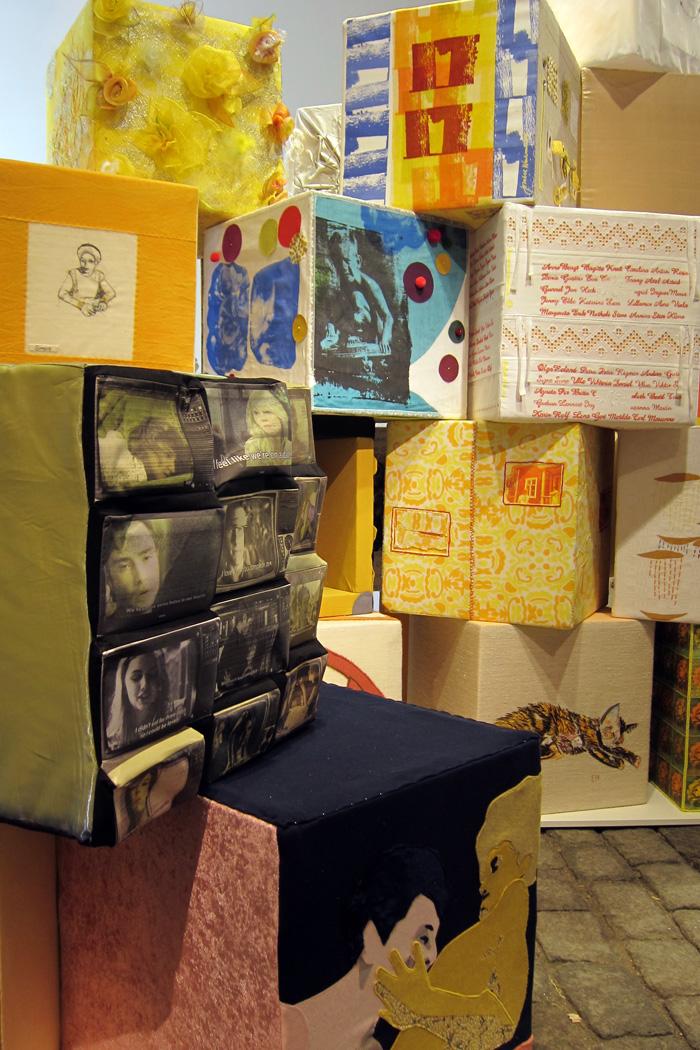Ett textilt kärlekslandskap av gula boxar, fritt tolkade av de deltagande konstnärerna. Visas i Malmö just nu. (Foto KKV Textiltryck)