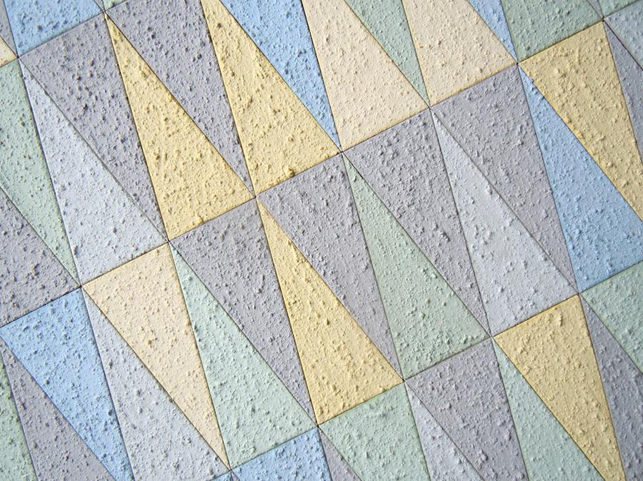 Ola Lagström, konstnär och konsthantverkare som experimenterar med lerputs och pigment. (Foto Rolf Anderzon)