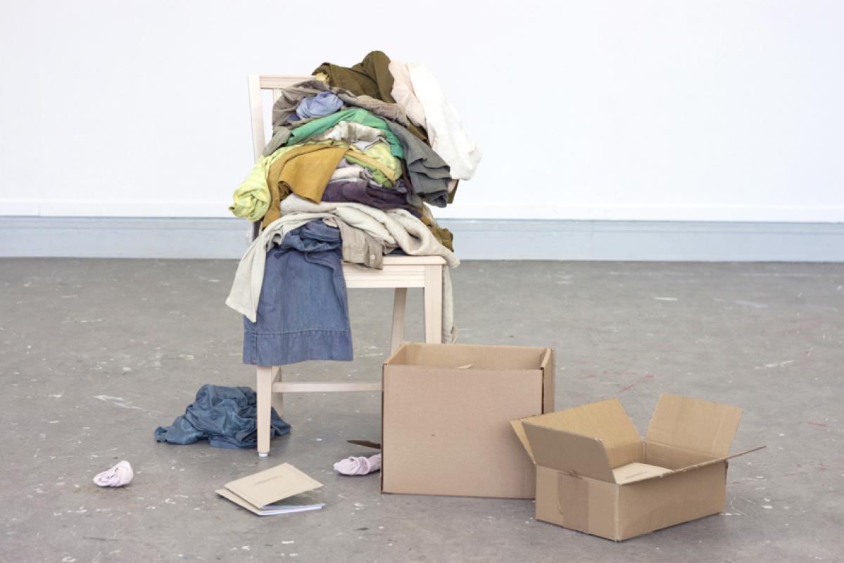 Färgningsmanifestet, av Lina Sofia Lundin. Ett genomfört experiment om att färga sina kläder med sin egen kompost. (Foto Nordic Art Insight)