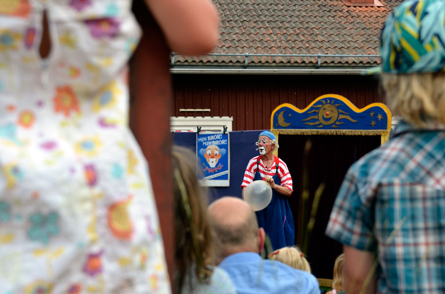 Vi hann också med Delsbostämman - vilken fantastisk upplevelse! Folkdräkter och folkmusik i varje hörn, en mäktig dag. Inget annat än clownen Manne lyckades dock fastna på bild...en bejublad föreställning dock, av både barn och vuxna. (Foto Kurbits)