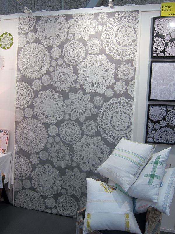 Ny textil från Brusewitz Design, mycket fin metervara med stilig behandling av de gamla spetsarna, eller hur? (Foto Kurbits)