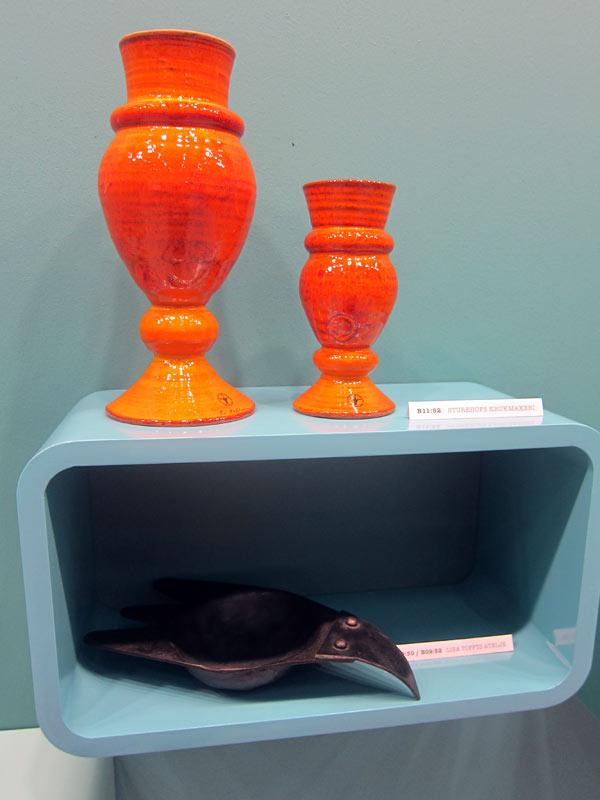 Konsthantverkscentrum och Mateus körde på framtidsfärgen orange...här är det Sturehofs Krukmakeri som gjort vaserna. (Foto Kurbits)