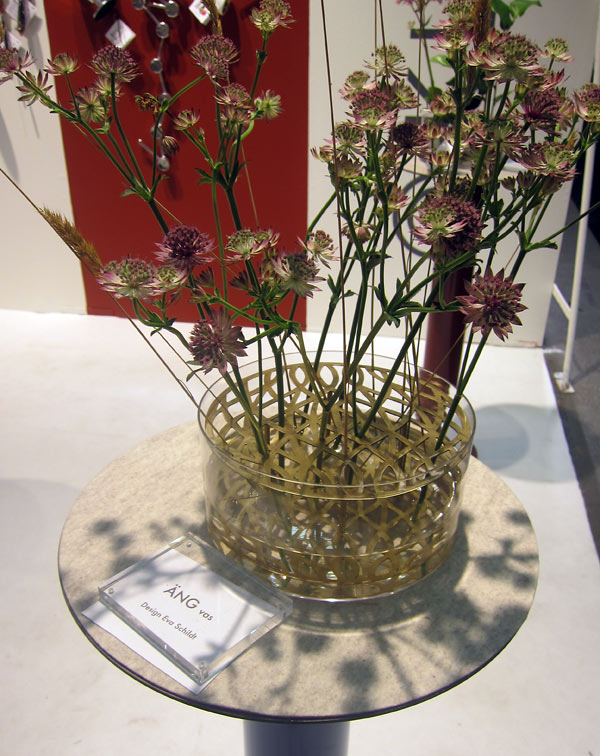 Och ytterligare en vas att beundra - från Klong. Rasande tjusigt sätt att arrangera korta blommor, eller hur? (Foto Kurbits)