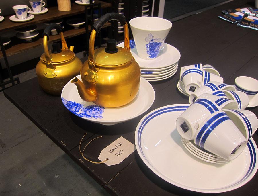 Jag blev också lite svag för detta lite traditionellt anande kafferep. Kanske är det kaffekitteln, kanske är det det blårandiga...från Månsens Design. (Foto Kurbits)