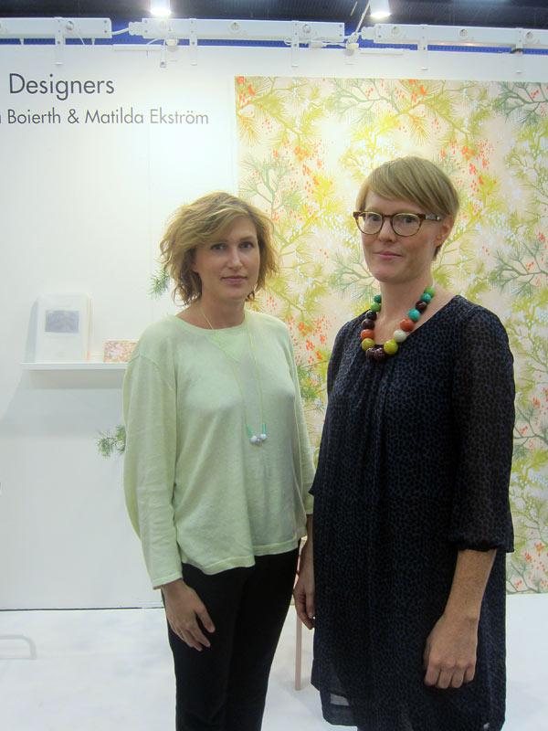 Matilda Ekström till vänster och Amanda Boierth till höger i bild. Upphovsmakarna bakom mönstret Körsbärsregn. (Foto Kurbits)