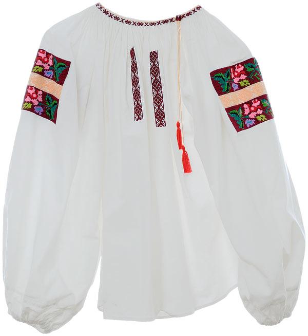 Traditionella folkdräktsdelar och som här inspirerade broderade blusar finns också i Folkloriques stall. (Foto Folklorique)