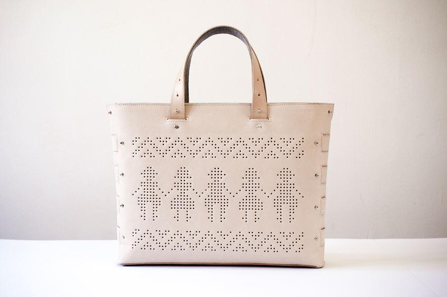 Den här smått klassiska väskan finns att köpa hos Folklorique, från ungerska The Beta Folk. Kolla in den i rött i butiken! Fantastiskt fin nyhet. (Foto Folklorique)