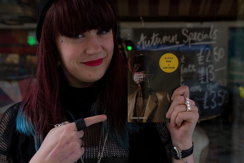 Sarah Corbett med sin nya bok. (Foto Craftivist Collective)