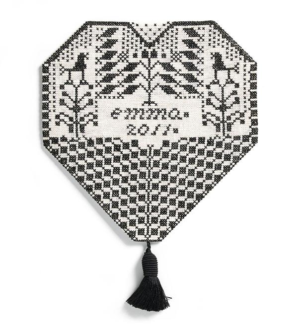 En vacker bröstlapp av Monica Hallén ur hennes bok Brodera på linne. Broderiet är inspirerat av traditionellt svartstick. (Foto Hemslöjdens förlag)