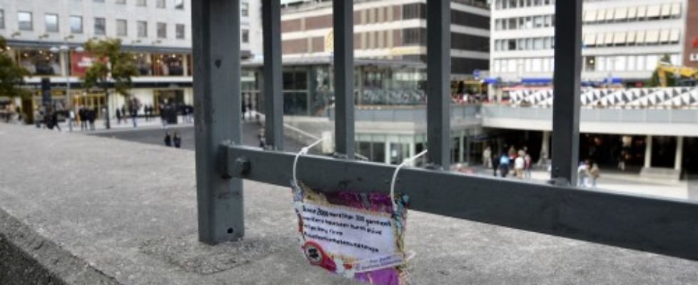 Kurbits på broderitaggningsuppdrag. Sergels Torg i Stockholm, en gråkall hösteftermiddag. (Foto Kurbits)