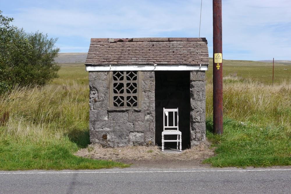 Busskurerna är synnerligen vackra på landsbygden i Wales, eller hur? Speciellt också när de får fina stolar...(Foto BBC)