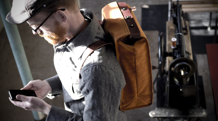 Lars Gustavsson med sin ryggsäck i skottsk vaxa bomullsduk med läderdetaljer. Väskan görs i det egna företaget Farmer's racer. (Foto Farmer's racer)