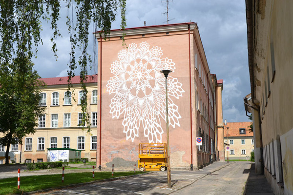 Polska Ne Spoon jobbar med spetsschabloner, sprayfärg, keramik och betong i sin gatukonst. Ofta som här på fasader. (Foto Ne Spoon/Behance)