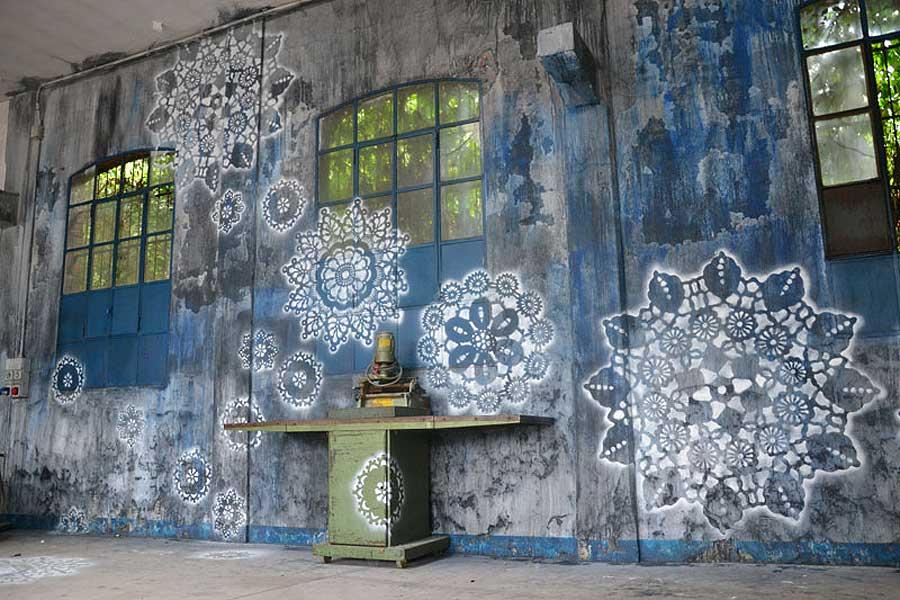 Polska Ne Spoon jobbar med spetsschabloner, sprayfärg, keramik och betong i sin gatukonst. (Foto Ne Spoon/Behance)